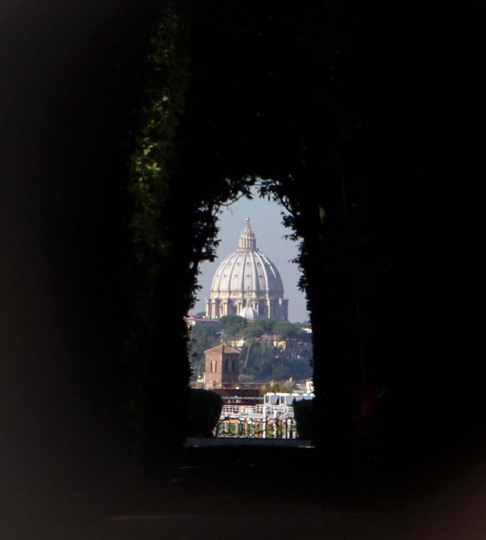 Aventino s maria del priorato giardino con vista su s for Arredamenti aventino roma
