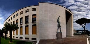 Palazzo Uffici: ingresso e statua di Italo Griselli