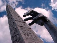 Obelisco di Marconi all'Eur e dettaglio dell'installazione di Seward Johnson il Risveglio