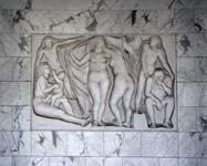Palazzo INPS: bassorilievo di Antonio Cocchioni posto sulla parete del palazzo a fianco all'ingresso