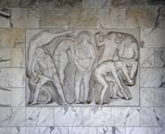 Palazzo INPS: bassorilievo di Antonio Cocchioni sulla parete del palazzo a fianco all'ingresso