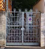cancello carrabile della palazzina residenziale in via Lima 4